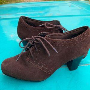 Women's sz 7 1/2 Clarks bendable brown suede heeled booties
